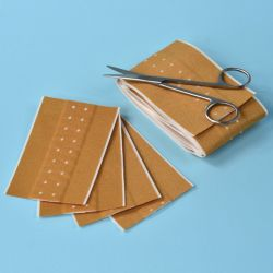 Banda adeziva suport textil cu pansament FABRIplast